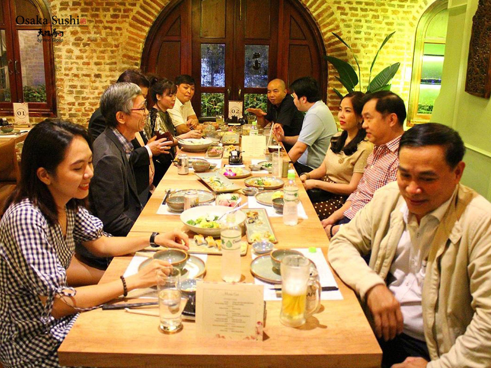 Không gian bàn tiệc Sushi gia đình